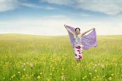 Junge Frau auf der Wiese mit Gewebe lizenzfreie stockfotografie