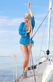 Junge Frau auf der Yacht lizenzfreies stockfoto