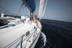 Junge Frau auf der Yacht Stockfotos