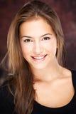 Junge Frau auf dunklem Hintergrund Stockbilder