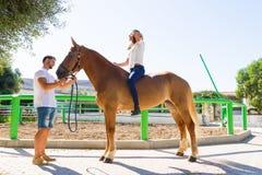 Junge Frau auf einem braunen Pferd ohne Sattel Lizenzfreie Stockfotos