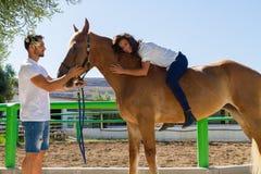 Junge Frau auf einem braunen Pferd ohne Sattel Lizenzfreie Stockbilder
