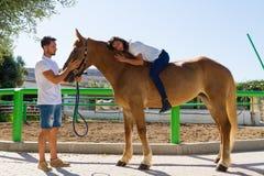Junge Frau auf einem braunen Pferd ohne Sattel Lizenzfreies Stockbild