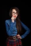 Junge Frau auf einem dunklen Hintergrund Lizenzfreies Stockbild