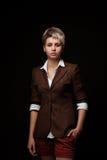Junge Frau auf einem dunklen Hintergrund Stockfotografie