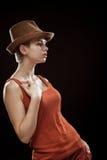 Junge Frau auf einem dunklen Hintergrund Stockbild