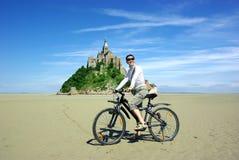Junge Frau auf einem Fahrrad Lizenzfreies Stockfoto