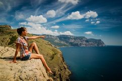 Junge Frau auf einem Felsen Lizenzfreies Stockbild