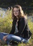 Junge Frau auf einem Gebiet Stockfotografie