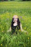 Junge Frau auf einem Gebiet der Blumen Lizenzfreies Stockbild