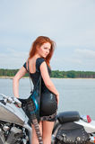 junge Frau auf einem Motorrad Stockbild