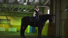 Junge Frau auf einem Pferd
