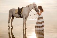 Junge Frau auf einem Pferd Pferderueckenreiter, Frauenreitpferd auf b lizenzfreie stockfotos