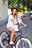 Junge Frau auf einem Porträt des Fahrrades im Freien Lizenzfreie Stockfotografie