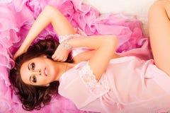 Junge Frau auf einem rosa Kap Stockfotos