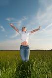 Junge Frau auf einem schönen Gebiet Stockbilder