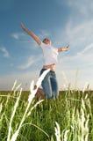 Junge Frau auf einem schönen Gebiet Lizenzfreies Stockbild