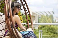 Junge Frau auf einem Schwingen Stockbilder