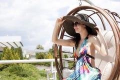 Junge Frau auf einem Schwingen Stockfotos