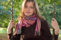 Junge Frau auf einem Schwingen lizenzfreie stockfotografie