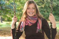 Junge Frau auf einem Schwingen lizenzfreie stockfotos