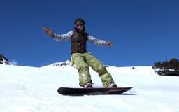 Junge Frau auf einem Snowboard Stockfotografie
