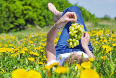 Junge Frau auf einer Blumenwiese Lizenzfreies Stockbild