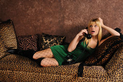 Junge Frau auf einer Couch oder einem Sofa Lizenzfreies Stockbild