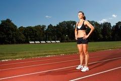 Junge Frau auf einer laufenden Spur Lizenzfreies Stockfoto
