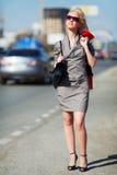 Junge Frau auf einer Stadtstraße. Lizenzfreie Stockbilder