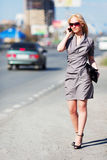 Junge Frau auf einer Stadtstraße Lizenzfreie Stockfotos