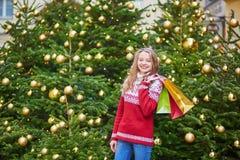 Junge Frau auf einer Straße von Paris verzierte für Weihnachten stockbild