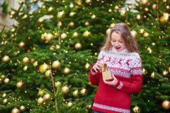 Junge Frau auf einer Straße von Paris verzierte für Weihnachten Lizenzfreies Stockfoto