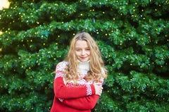 Junge Frau auf einer Straße von Paris verzierte für Weihnachten Lizenzfreies Stockbild