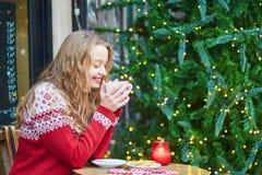 Junge Frau auf einer Straße von Paris verzierte für Weihnachten Stockfoto