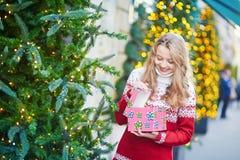 Junge Frau auf einer Straße von Paris verzierte für Weihnachten Stockfotos
