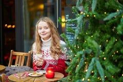 Junge Frau auf einer Straße von Paris verzierte für Weihnachten Stockbilder