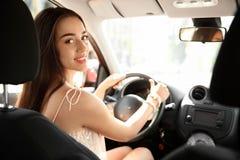 Junge Frau auf Fahrer ` s Sitz lizenzfreie stockbilder