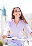 Junge Frau auf Fahrrad Lizenzfreies Stockfoto