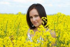 Junge Frau auf Feld lizenzfreie stockfotos