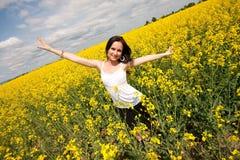 Junge Frau auf Feld lizenzfreies stockbild