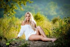 Junge Frau auf Feld im weißen Kleid Stockbilder