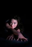 Junge Frau auf Fußboden mit teilt aus Stockbilder