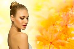 Junge Frau auf herbstlichem Hintergrund Stockbild