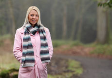 Junge Frau auf Herbstweg Lizenzfreie Stockfotografie
