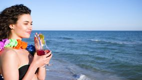 Junge Frau auf Küste von Insel von Hawaii verbringt ihre Feiertage, in denen alles enthalten ist, Zeitlupe, Mädchen stock video footage