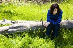 Junge Frau auf Stamm stockbilder