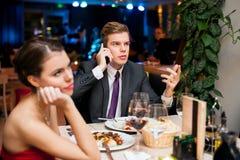 Junge Frau auf langweiliger Datierung Lizenzfreie Stockbilder