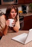 Junge Frau auf Laptop Stockfoto