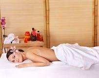 Junge Frau auf Massagetabelle im Schönheitsbadekurort. Lizenzfreie Stockbilder